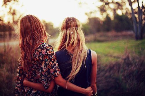 L'amitié ne rend pas le malheur plus léger mais en se faisant présence et dévouement  elle permet d'en partager le poids et ouvre les portes de l'apaisement. - Tahar Ben Jelloun
